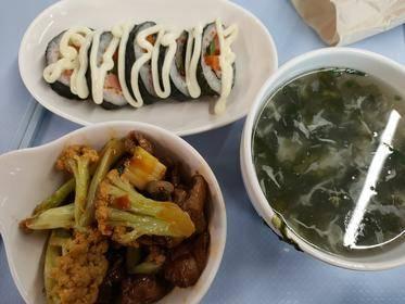 寿司 花菜炒鸡肉 紫菜蛋汤